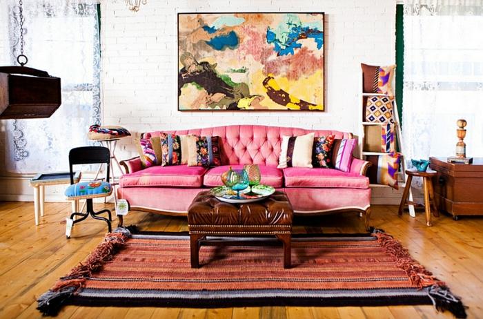 como decorar un salon, interior moderno con sofá en capitoné color fucsia, pintura bonita, suelo de parquet y alfombra en boho chic
