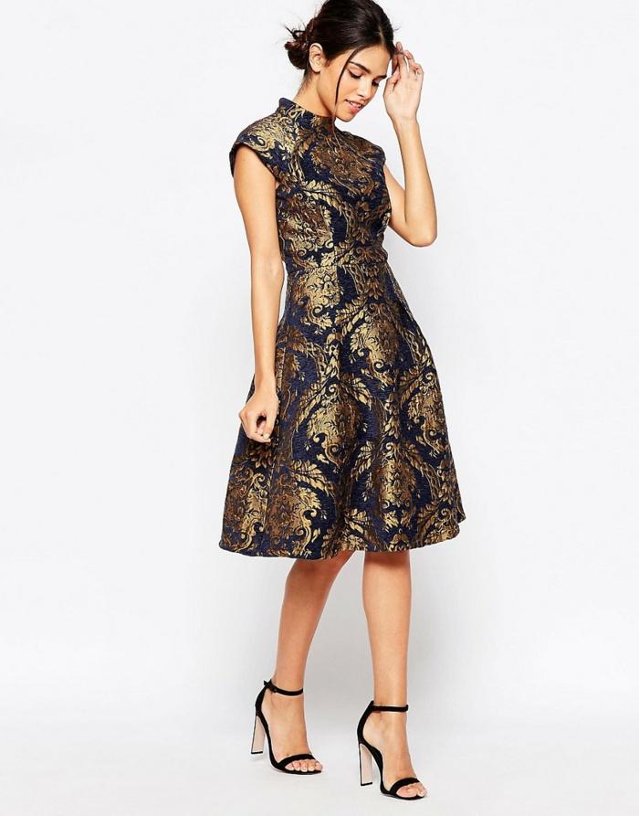 vestidos de coctel, vestido de corte campana con cortas mangas, pelo recogido y zapatos en negro