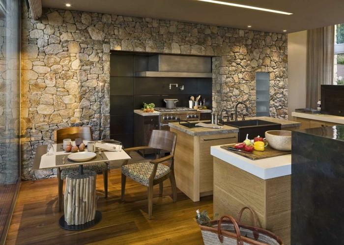 ladrillo visto, cocina grande con isla y mesita para dos, pared de madera rústica, suelo laminado y ventanal