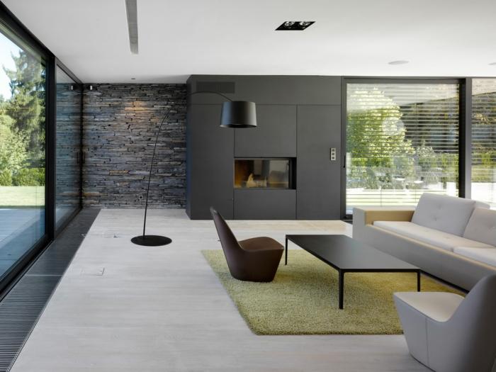 ladrillo visto, salón grande con mucha luz natural, decoración moderna en negro y beige, pared de piedra decorativa