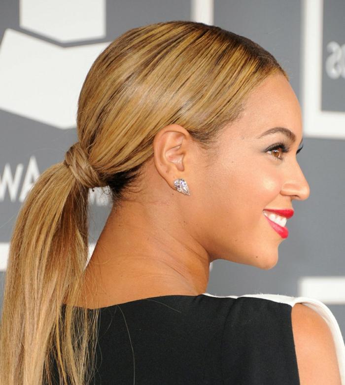 peinados nochevieja, Beyonce con pelo recogido en coleta, cabello largo rubio alisado, ideas elegantes peinados 2018