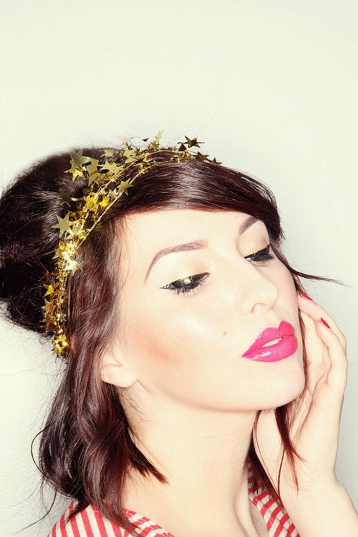 peinados faciles pelo largo, semirecogido simple con detalle reluciente, diadema dorada con ornamentos en forma de estrellas