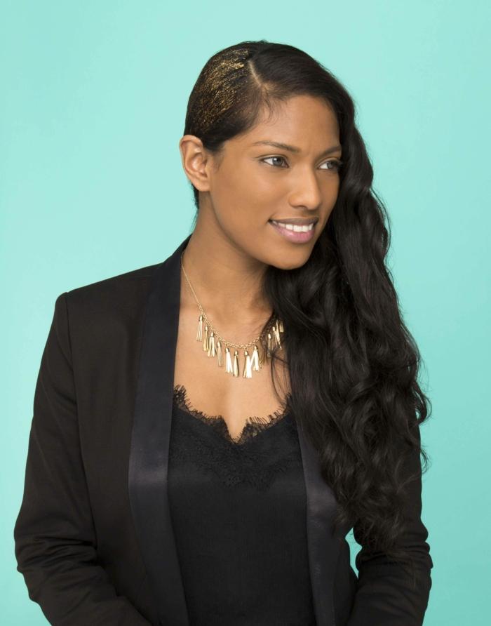 peinados faciles pelo largo, pelo largo negro ondulado, peinado a un lado, decorado con purpurina dorada, ropa en negro