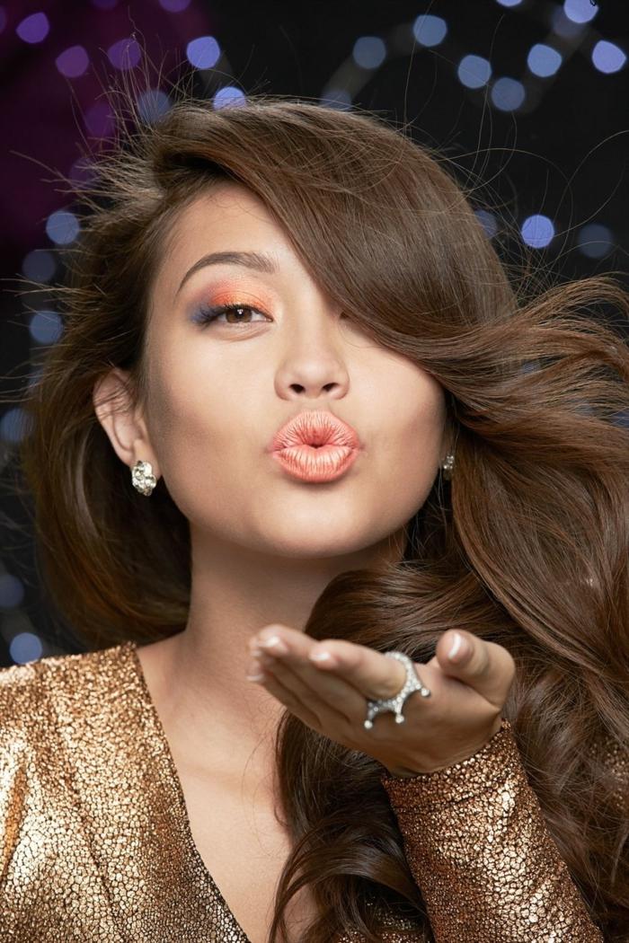 peinados para media melena, cabello castaño peinado a un lado con ondas ligeras, maquillaje moderno, vestido reluciente dorado