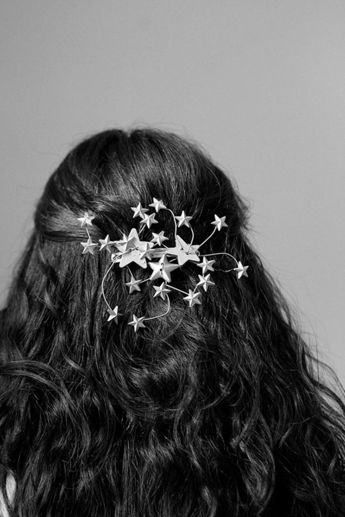 peinados para media melena, cabello largo rizado con semirecogido, decorado con adorno con estrellas
