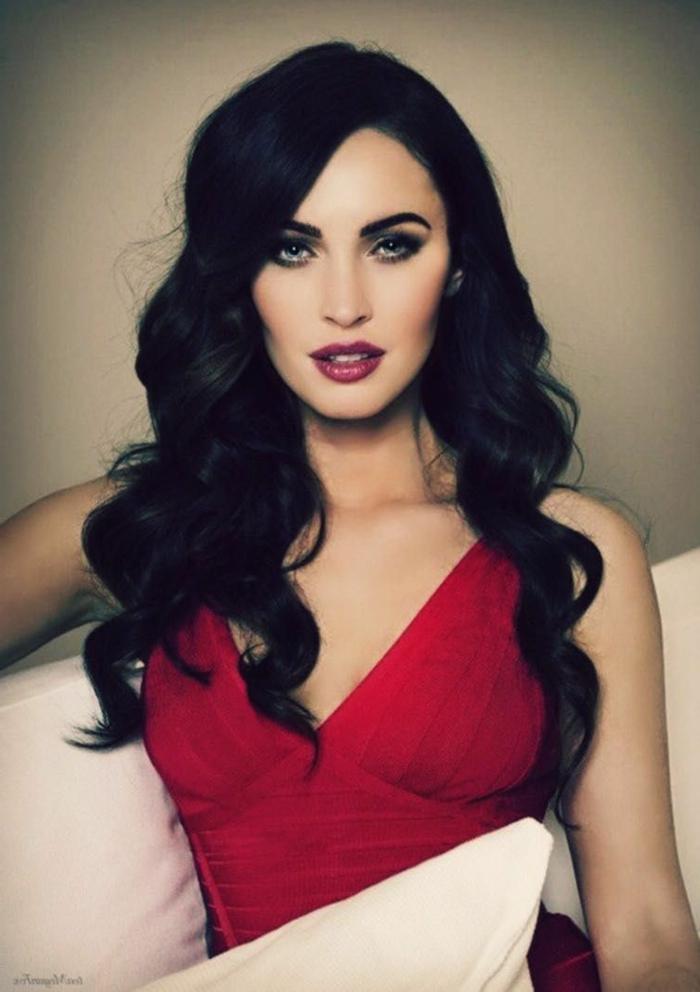 peinados para fiesta, pelo suelto ondulado, rizos marcados, cabello largo negro, vestido de fiesta en rojo
