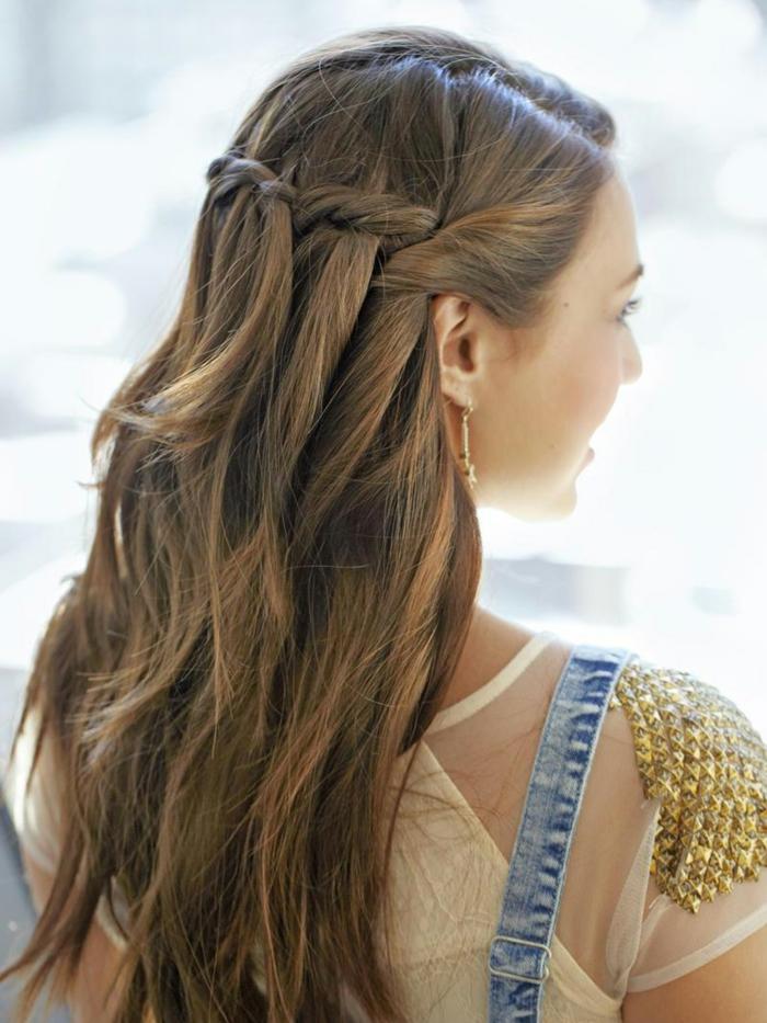 peinados con coleta, pelo largo castaño en semirecogido con trenza fácil de hacer, ideas de peinados para navidad