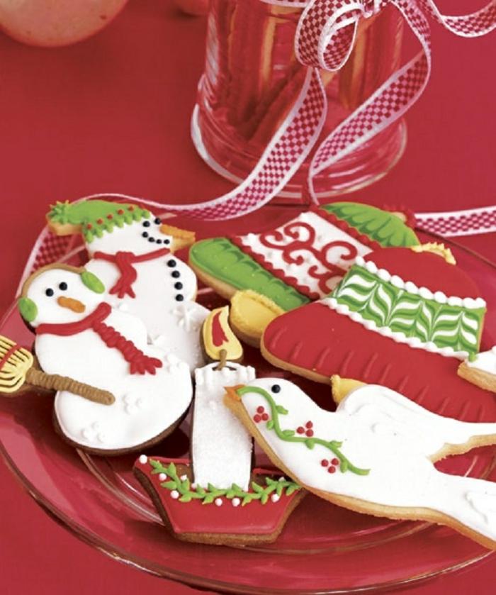 receta galletas mantequilla, motivos navideños hechos de galletas, monigotes de nieve y campanas coloridas