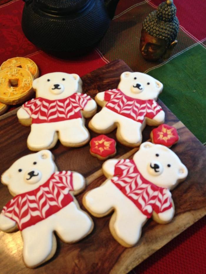 receta galletas mantequilla, osos navideños, galletas en formas de oso decoradas en blanco y rojo