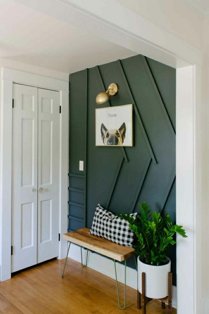 mueble entrada, recibidor pequeño, pared en verde pastel, cuadro con perro, lámpara en dorado, banco de madera con cojín
