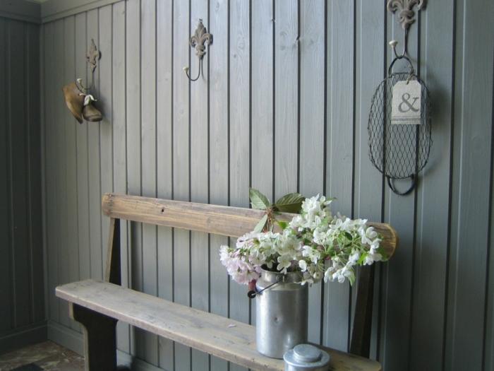 mueble entrada, recibidor estilo rústico con banco de madera y jarra de hojalata con flores, ganchos de pared vintage