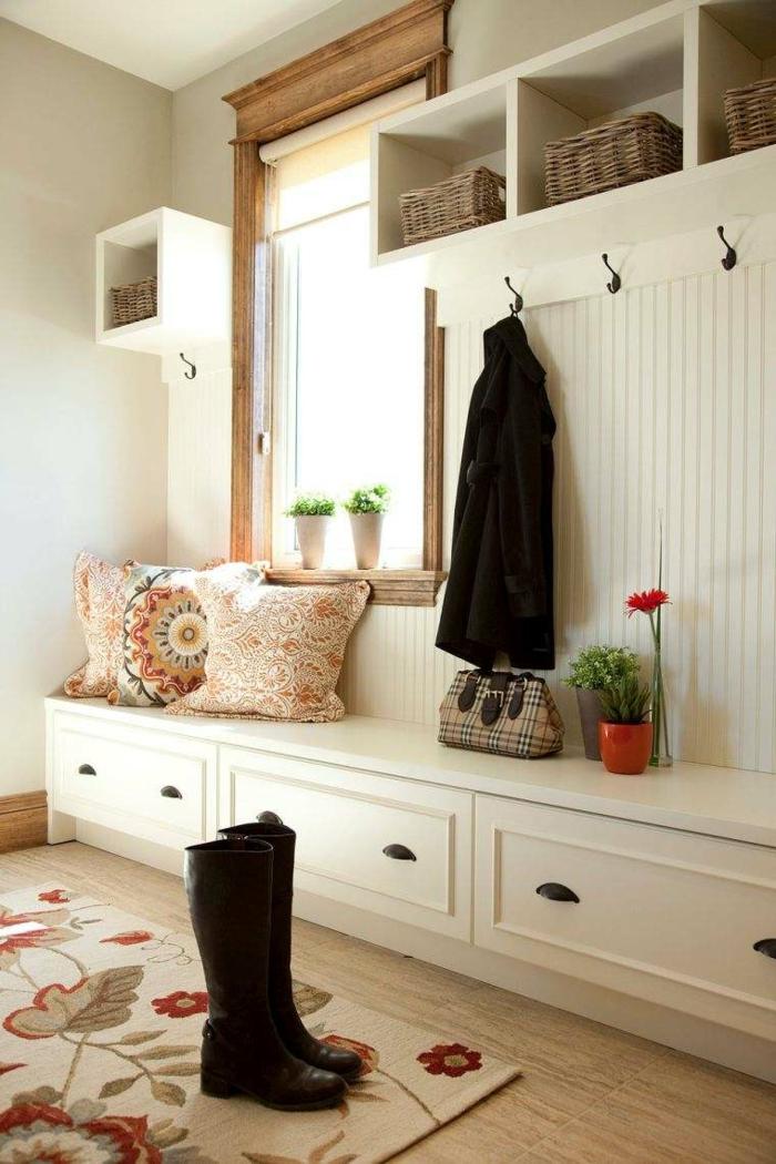 recibidores originales, zapatero con asiento en blanco, cojines con estampado, tapete con flores, ventana, ganchos en tarima