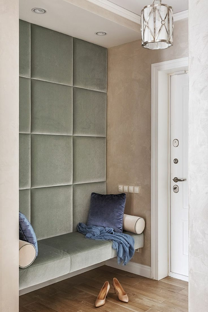 muebles recibidor, recibidor pequeño moderno con banco y pared tapizados con terciopelo, cojines azules, zapatos de mujer