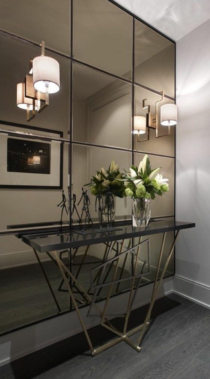 muebles recibidor, recibidor moderno con pared de espejos, aparador alto con flores, lámparas de pared paralelas