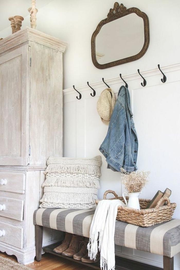 recibidores, decoración rústica, armario con aspecto desgastado, espejo y perchas, banco con estante para zapatos