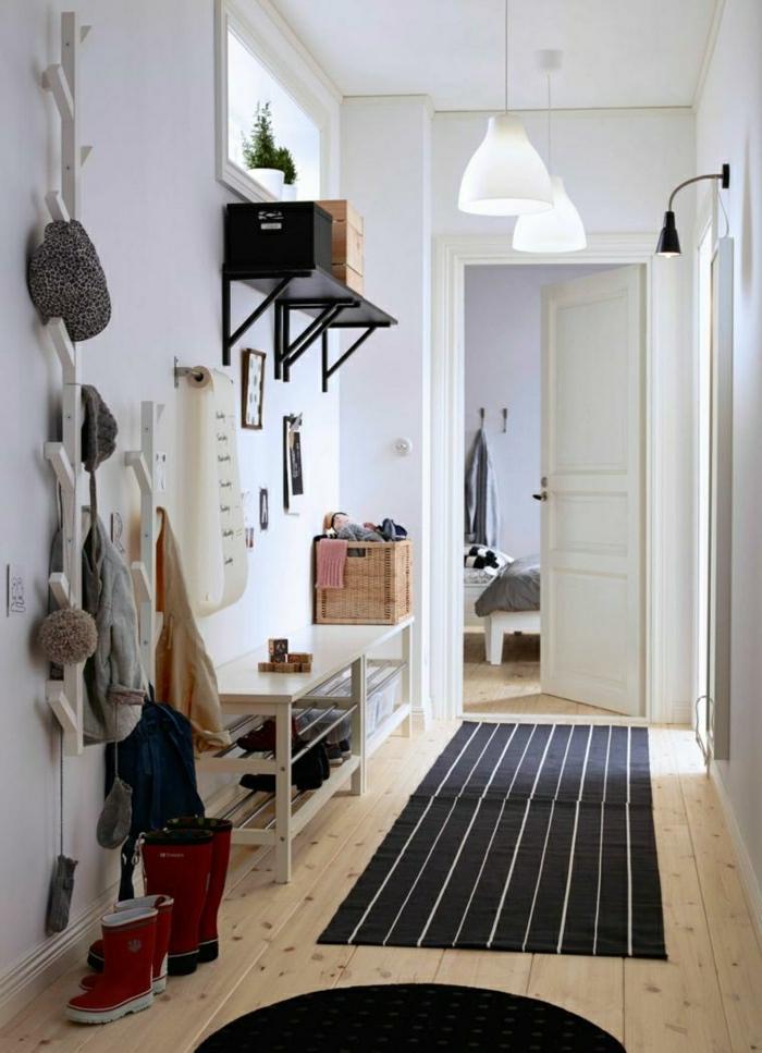 recibidores originales, recibidor con perchero tipo árbol, banco de amdera blanca, tapete rayado, cajas de mimbre