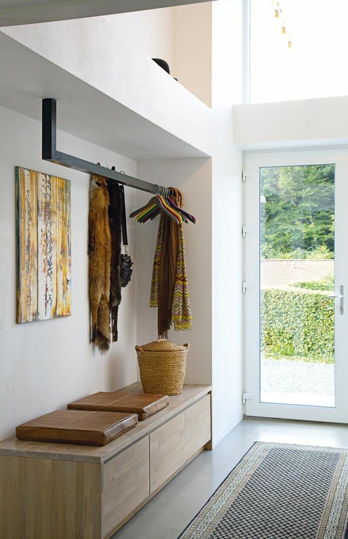 muebles de entrada, recibidor largo y estrecho, zapatero con asiento de madera, perchero negro, tapete, puerta de vidrio