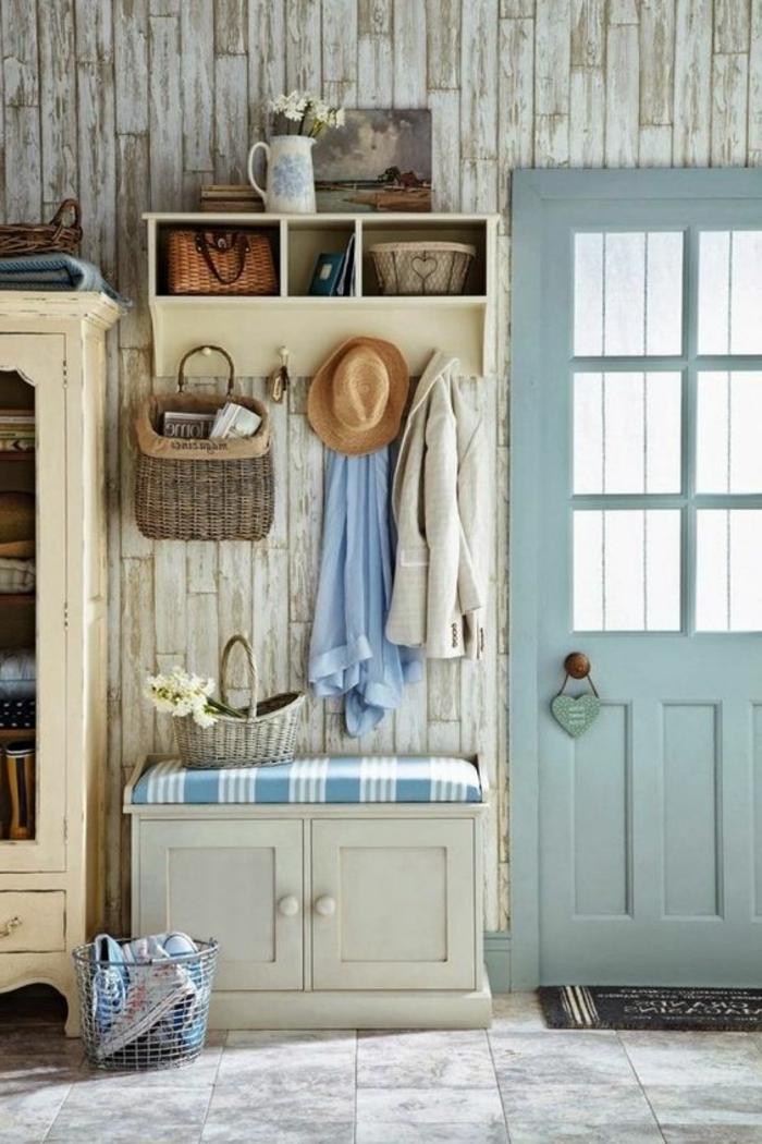 muebles de entrada, recibidor rústico, pared de tarima, zapatero con asiento y percha, suelo con baldosas, puerta azul
