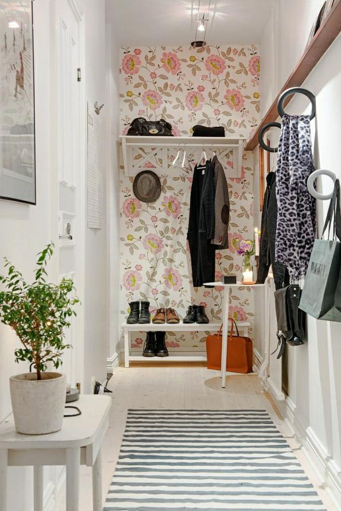 muebles de entrada, recibidor en el pasillo, papel pintado con flores grandes, ganchos como grandes anillos, estantes de zapatos, tapete rayado