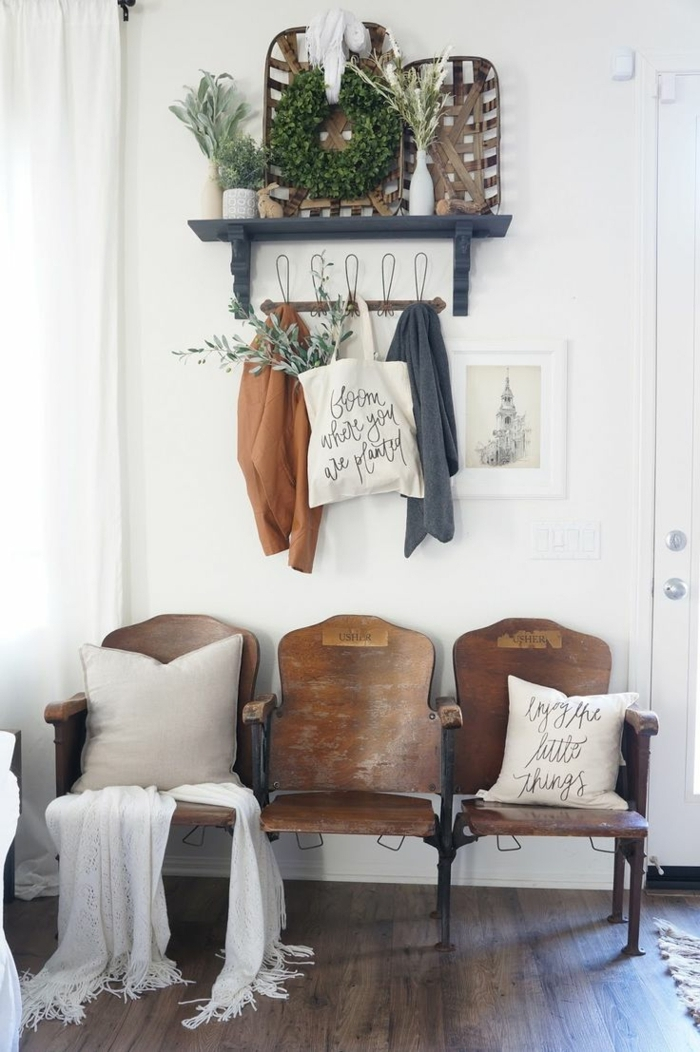 muebles de entrada, recibidor sillas unidas vintage de madera, percha con ropa, cojines y plantas verdes