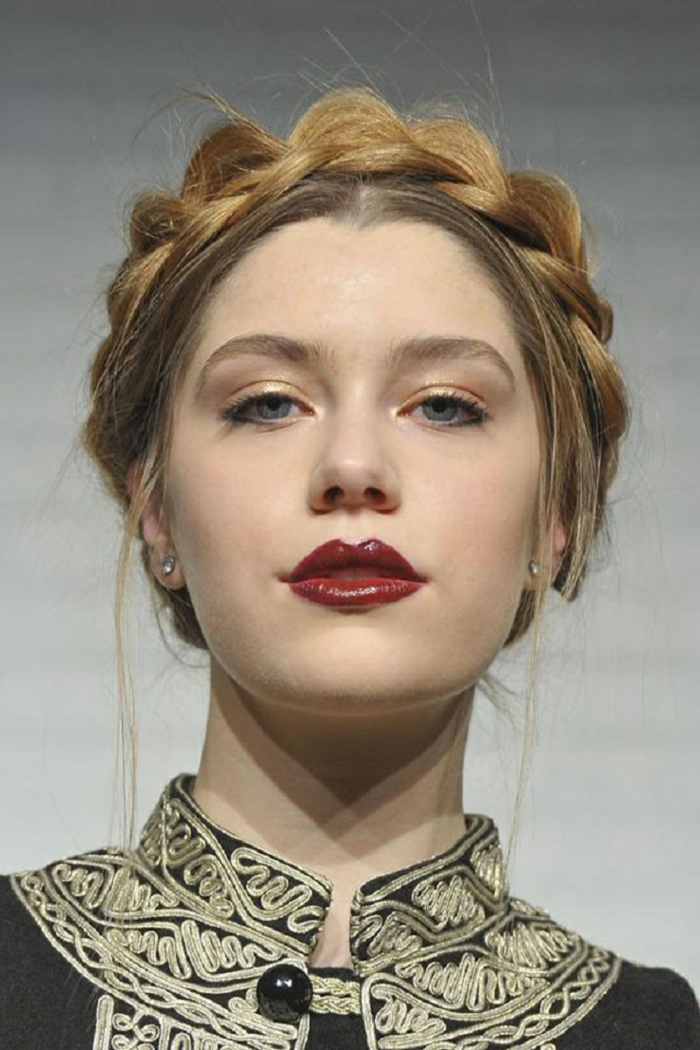 peinados fin de año, peinado sofisticado, cabello recogido en trenzas, labios rojos, maquillaje ligero