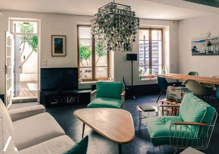 como decorar un salon, salon en colores claros con detalles en verde, mesa original de madera, suelo azul
