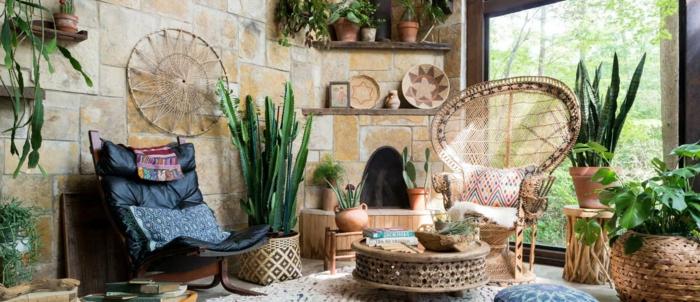 muebles de salon, salón con grandes ventanales, decorado en estilo bohemio, objetos de madera y mimbre