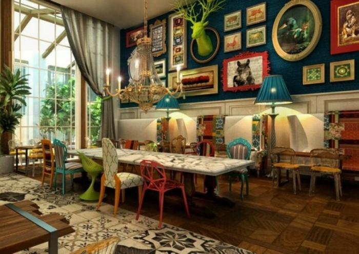 como decorar un salon, comedor con salón en boho chic, decoración en colores chillones, suelo de madera