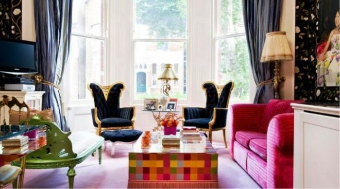 decoracion de salones pequeños, salón elegante con colores contrastes, sofá en fucsia, sillas refinadas en negro y dorado
