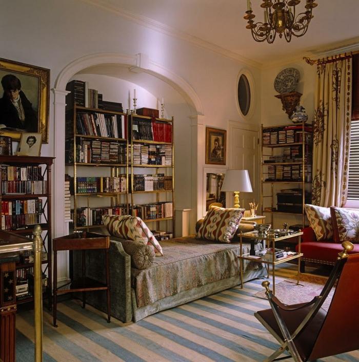 decoracion de salones pequeños, salón acogedor con muchos libros, cama vintage, sillas de madera, cortinas con motivos florales