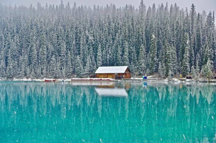 cabañas rurales, ejemplo de bonita casa de madera colocada en un bosque en la orilla de un lado, paisaje invernal precioso