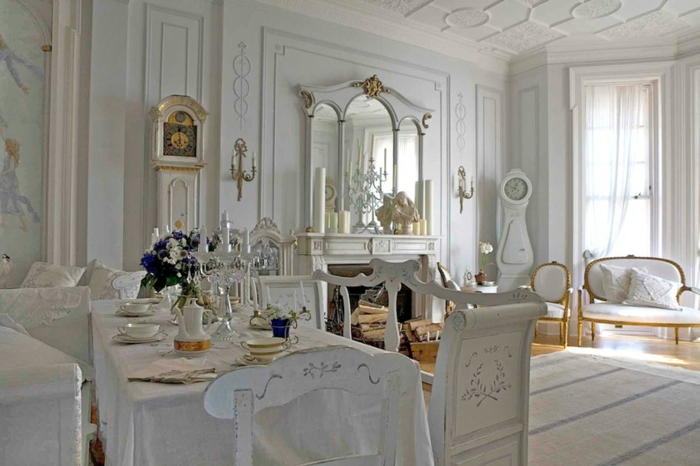 salon vintage, interior en blanco con elementos en color oro, sillas con respaldos vintage