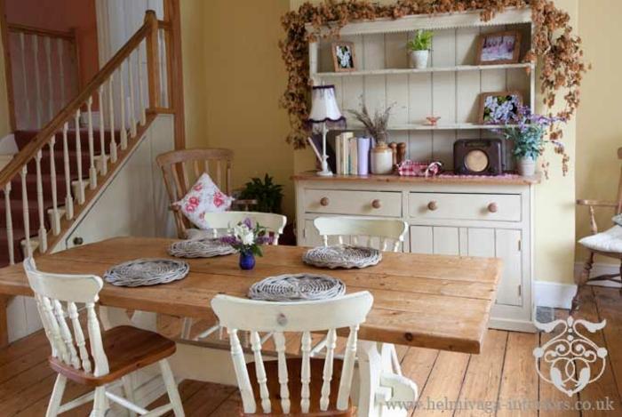 salones vintage, comedor con muebles y suelo de madera, sillas vintage con respaldos blancos, grande armario blanco
