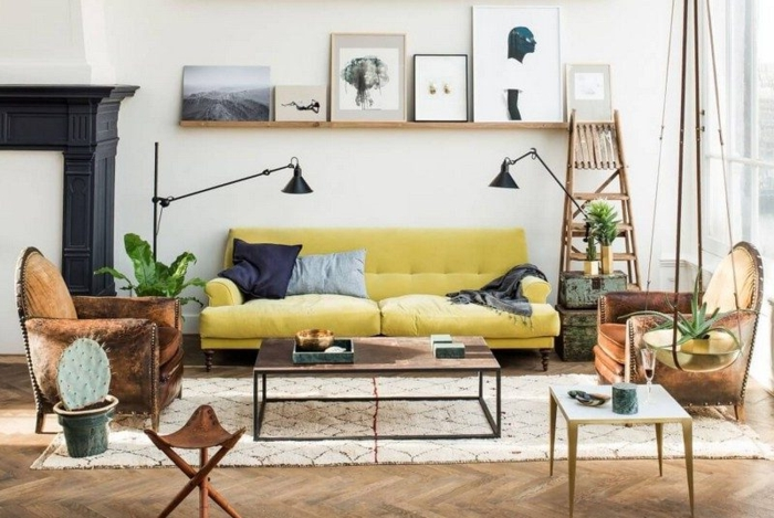 salones vintage, salón con sofá tapizado en capitoné en color mostaza, lámparas modernas, sillones de terciopelo en marrón