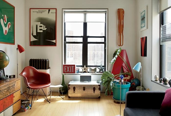 estilo vintage, salón moderno con objetos de estilo vintage, decoración de los años ochenta, suelo de parquet