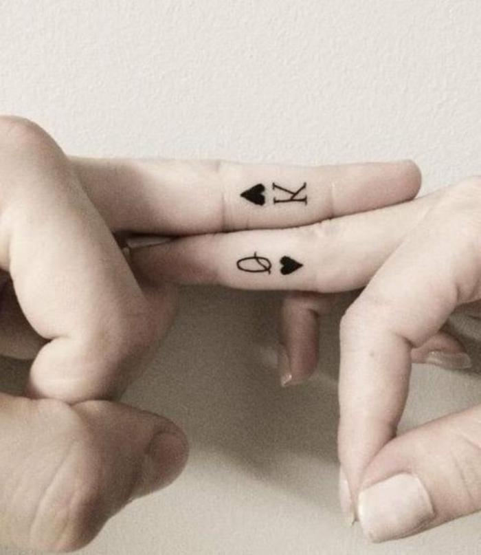tatuajes en la muñeca, propuesta de tatuaje para novios, naipes dama y rey corazón en los dedos medios de él y ella