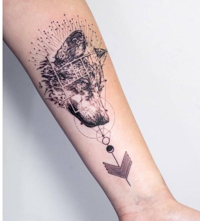 tatuajes antebrazo mujer, tatuaje pequeño simbólico, cabeza de lobo con signs astrológicos y flecha, estilo surrealista