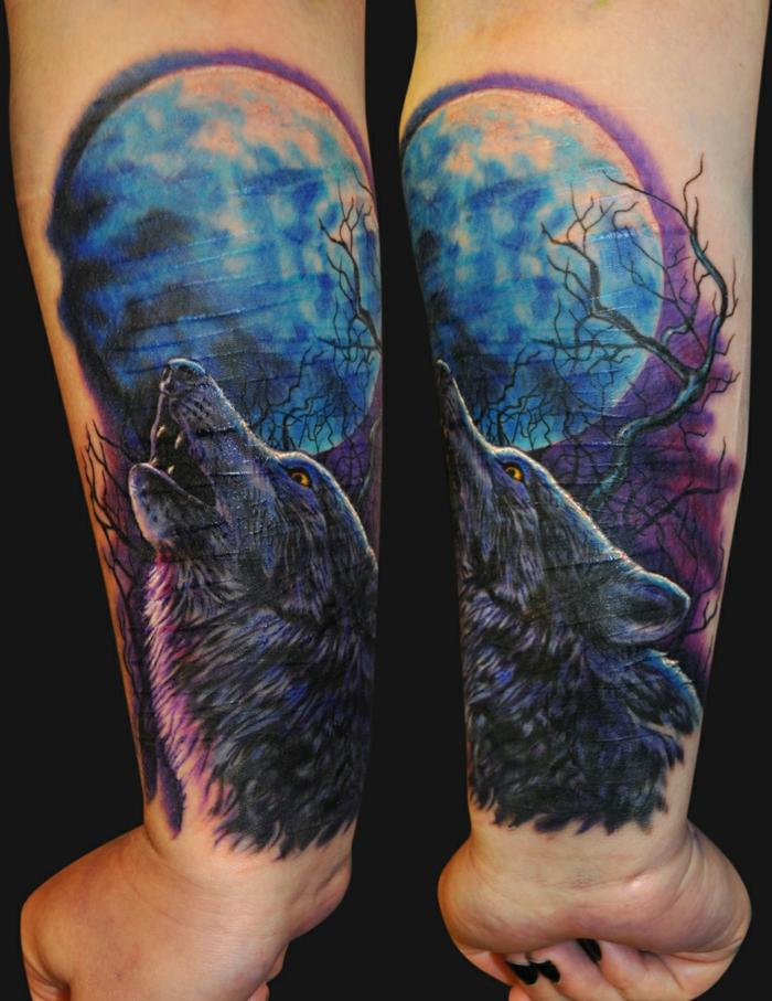 tatuajes antebrazo mujer, mujer con esmalte negro, tatuaje en el antebrazo en púrpura y azul, lobo aullando hacia la luna llena