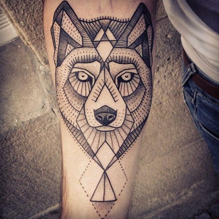 tatuajes antebrazo mujer, tatuaje geométrico negro en antebrazo, cabeza de lobo estilo egipcio