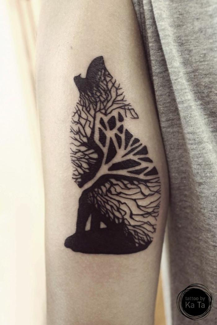 tatuajes antebrazo mujer, tatuaje pequeño negro, lobo aullando, cuerpo hecho de un árbol y hojas