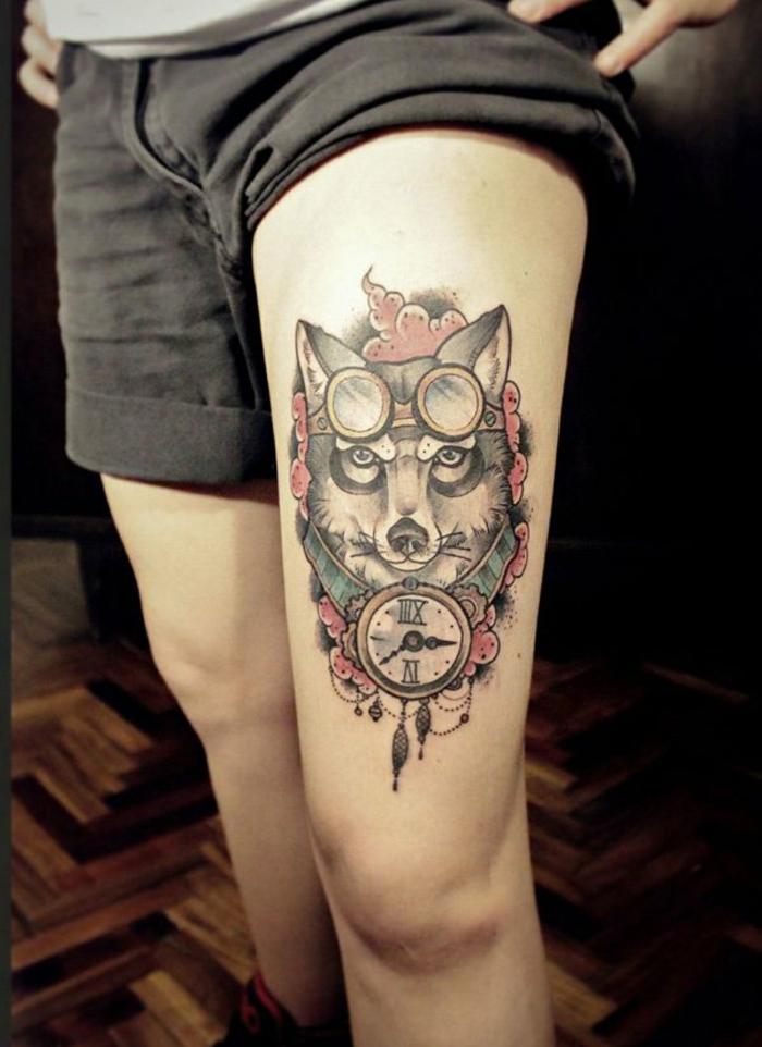 tatuaje hombre, cadera con piel blanca, tatuaje estilo clásico, cabeza de lobo con gafas para moto y reloj