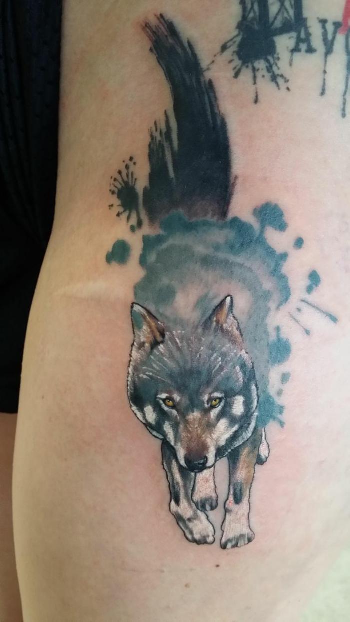 tatuaje lobo, tatuaje pequeño en el anebrazo, estilo acuarela, lobo corriendo en gero, marrón y gris