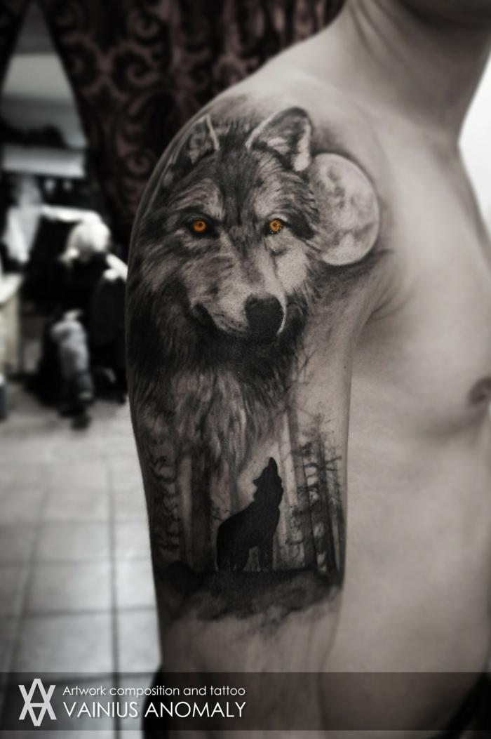 tatuaje lobo, tatuaje realista grande en el hombro y el brazo, hombre con piel blanca, cabeza de lobo grande con ojos amarillos y lobo más epqueño aullando, luna llena