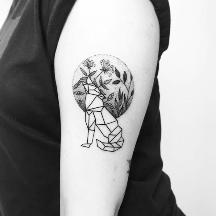tatuaje lobo, foto en blanco y negro, tatuaje geometrico en el brazo, lobo aullando, luna llena con flores