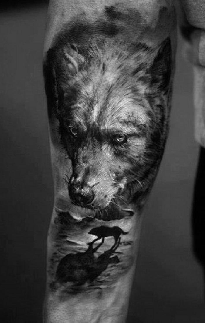 tatuaje hombre, tatuaje grande antebrazo, foto en blanco y negro, cabeza de lobo y otro lobo solitario más pequeño