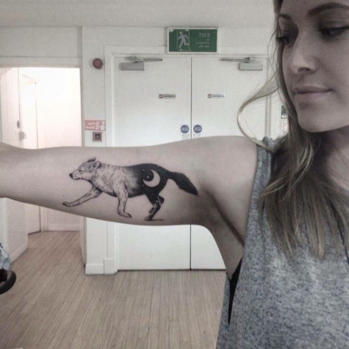 tatuajes de lobos, tatuaje en el brazo pequeño para mujeres, lobo en blanco y negro, simbolo de día y de noche con luna y estrellas