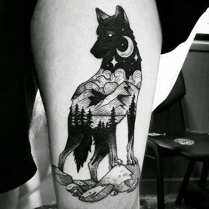tatuaje hombre, tatuaje negro grande en la cadera, lobo con paisaje nocturno dibujado en el cuerpo