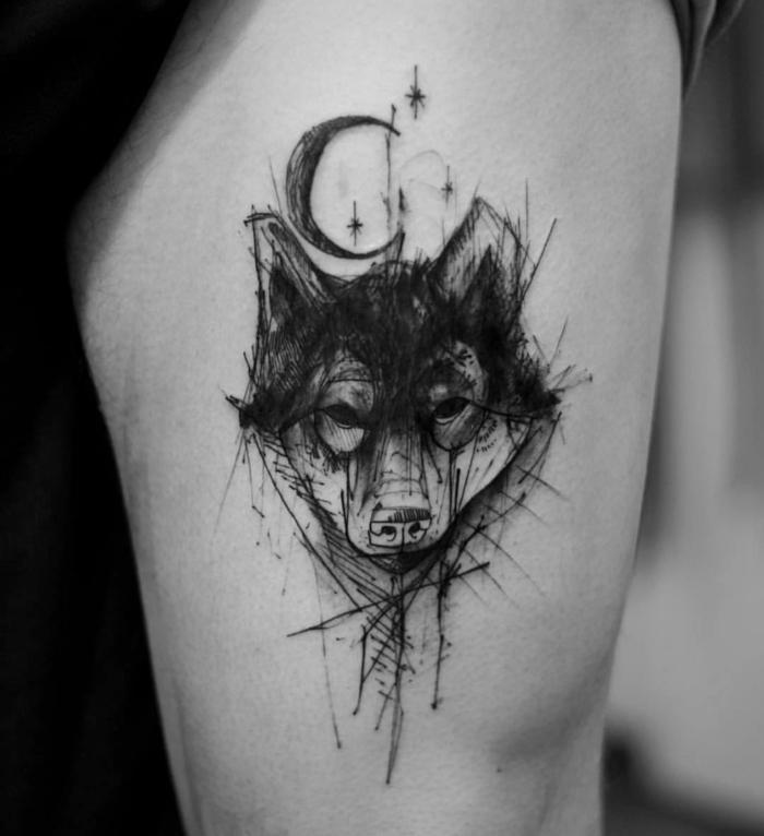 tatuaje hombre, foto en blanco y negro, tatuaje cadera, cabeza de lobo estilo boceto, media luna