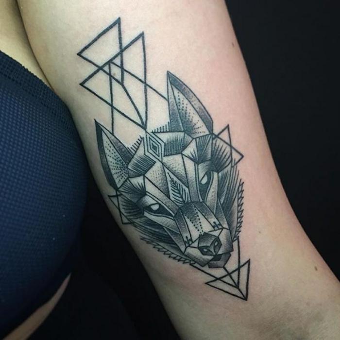 tatuajes de lobos, tatuaje en el antebrazo mujer, estilo geometrico, cabeza de lobo con triángulos entrelazados