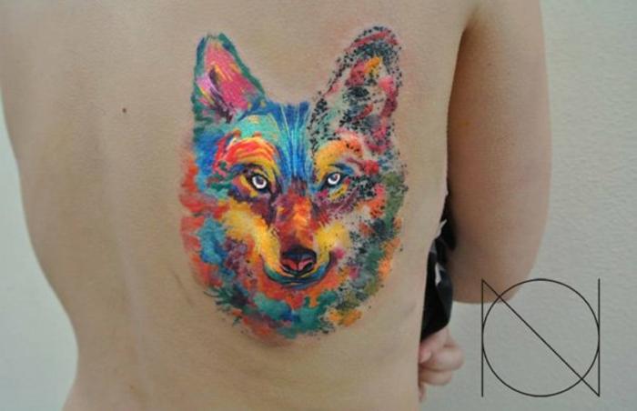 tatuaje hombre, tatuaje de colores estilo acuarela, cabeza de lobo grande en espalda, piel blanca, imagen realista